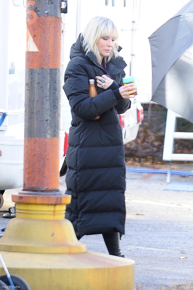 Nono, mi ez itt? Mi van most Cate Blanchett kezében?