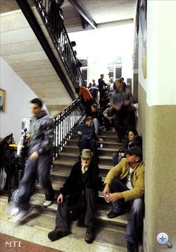 Várakozókk a főváros XIII. kerületében a 19-es számú választókerület 43-as szavazókörében