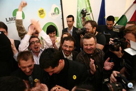 """A jelöltek a színpadra álltak és a fotósok előtt hangosan huhogtak örömükben, Ivádi Gábor pedig azt mondta. """"Először szeretnék bemutatkozi úgy, hogy az LMP országgyűlési képviselője vagyok."""""""