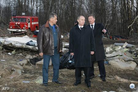 Szmolenszk. Vlagyimir Putyin orosz miniszterelnök és Szergej Ivanov miniszterelnök-helyettes, Szergej Sojgu, a polgári védelem és a rendkívüli helyzetek ügyében illetékes orosz miniszter (b) társaságában megnézi a szerencsétlenség helyszínét.