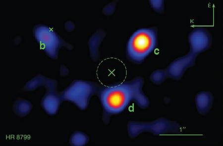 """A HR 8799 három bolygója az infravörös tartományban az új felvételen. A kitakart csillag pozícióját és méretét a kép közepén a kereszt, illetve a kör jelzi. A """"b"""" jelű bolygó melletti """"x"""" annak 2008-as pozícióját mutatja. [NASA/JPL-Caltech/Palomar Observatory]"""