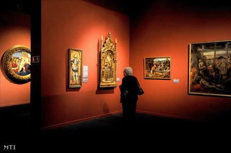 Egy érdeklődő megtekinti a Szépművészeti Múzeum Botticellitől Tizianóig - Az itáliai festészet két évszázadának remekművei című kiállítását.