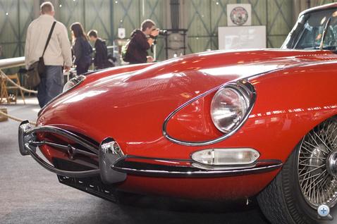 Jaguar E-type, csak a motorháztető fele fért bele a képbe