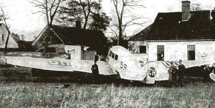 A királyi pár Junkers F-13-as gépe Dénesfa melletti majorságban.