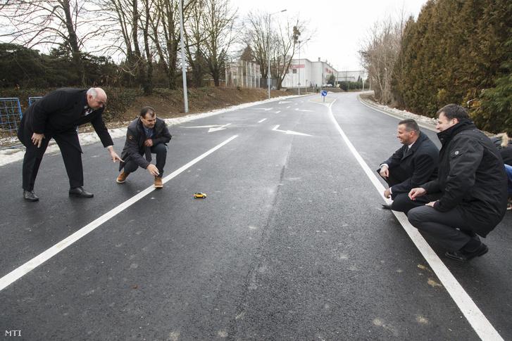 A Mol által kifejlesztett gumibitumen felhasználásával készült északi tehermentesítő út másfél kilométeres szakaszának átadása Zalaegerszegen.