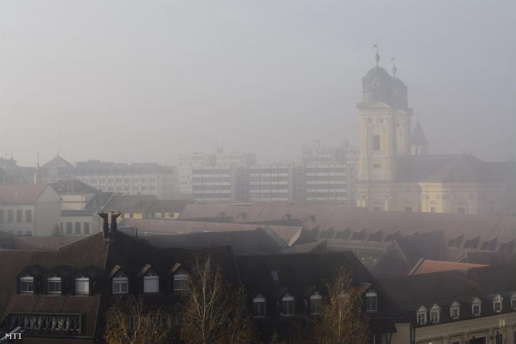 A református nagytemplom tornyai és belvárosi házak a párás poros idõben Debrecenben 2016. november 24-én.