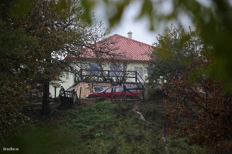 Az apa háza a Zala megyei Karmacson. Itt is tartottak a rendőrök házkutatást.