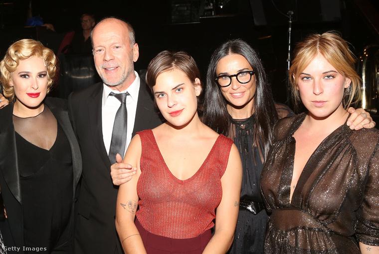 Demi Moore Emilio Estevezt hagyta ott Bruce Willisért, ami 13 év házasságot és három lánygyereket jelentett nekik