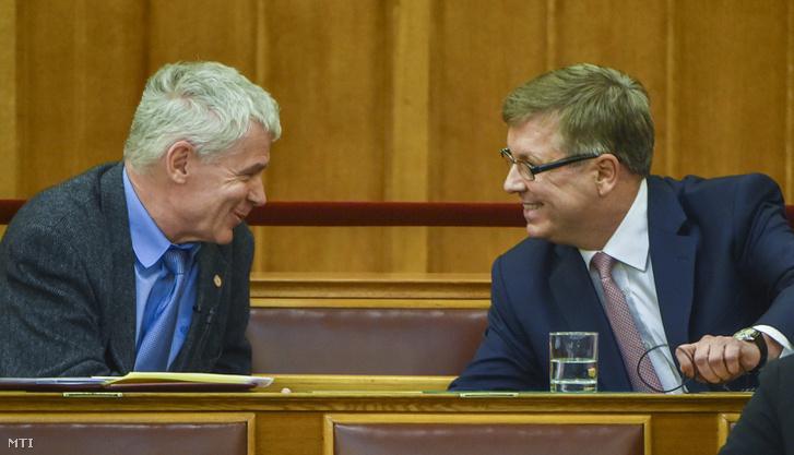 Polt Péter legfőbb ügyész (b) és Matolcsy György a Magyar Nemzeti Bank elnöke az Országgyűlés plenáris ülésén 2016. május 17-én.