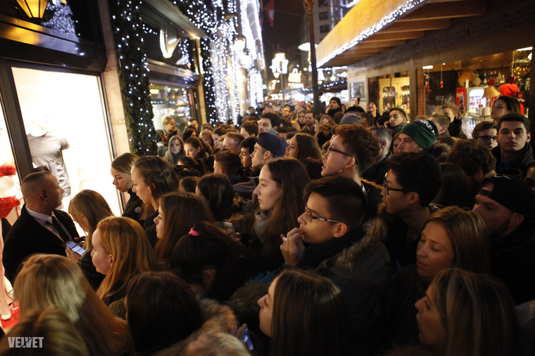 Na, vajon miért van tömegnyomor egy Váci utcai üzlet előtt?