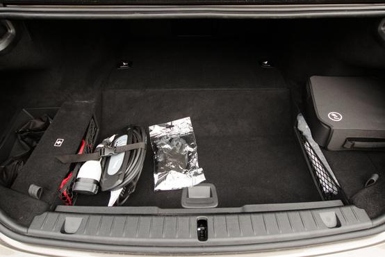 A hátsó ülések alá épített akkupakk miatt nem is kicsi, 420 literes a csomagtartó. Mondjuk a felét kitöltik a kábelek.