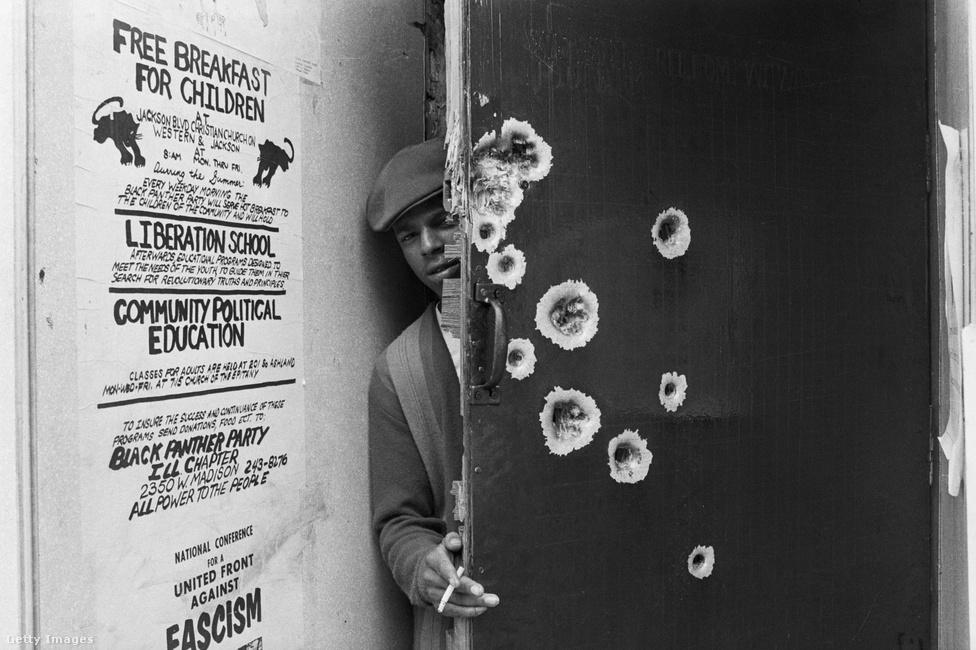 A fegyveres attitűd miatt, továbbra is a rendőrök kereszttűzében volt a szervezet, ami gyakori razziákban mutatkozott meg. A képen egy 1969-es korai reggeli rajtaütés nyomai láthatóak a Fekete Párducok chicago-i központjuknál.