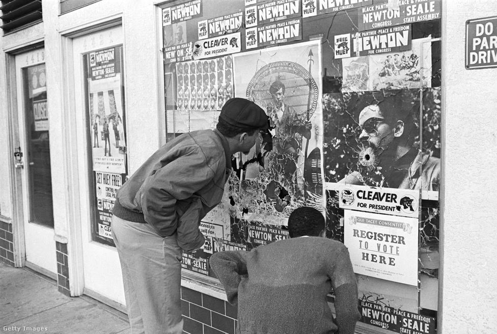 """A kezdeti években a párducok fő tevékenységi körét a rendőrséggel szembeni fegyveres konfrontáció jellemezte. A kaliforniai törvények által biztosított korlátozott fegyverviselésnek köszönhetően, ellenállást tudtak létre hozni és tiltakozni a feketék elleni rendőri brutalitás ellen, mely által később forradalmi politikai erőt kívántak létrehozni. Így alakult ki a párt közismert militáns jelleme, önkéntesek százainak az érdeklődését keltette fel országszerte. A spirituális és mentális megfiatalodásra is próbáltak figyelni, ilyenre használták az úgynevezett Political Education (Politikai oktatás) kurzusokat, ahol a vezetőktől hallgathatták a párt meghatározó ideológusainak munkáit, de ezen kívül a tagok kommunaszerű együttélése is kötelező volt. A csúcsot pedig egyértelműen a """"Párduc esküvők"""" vitték, ahol a központi bizottság tagjai adták össze a szervezet tagjait, forradalmi szövegek elhangzása közepette."""