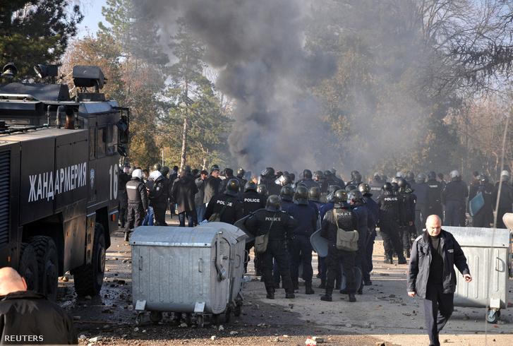 Lángoló szemét és rohamrendőrök egy bulgáriai menekülttábor előtt október 24-én.