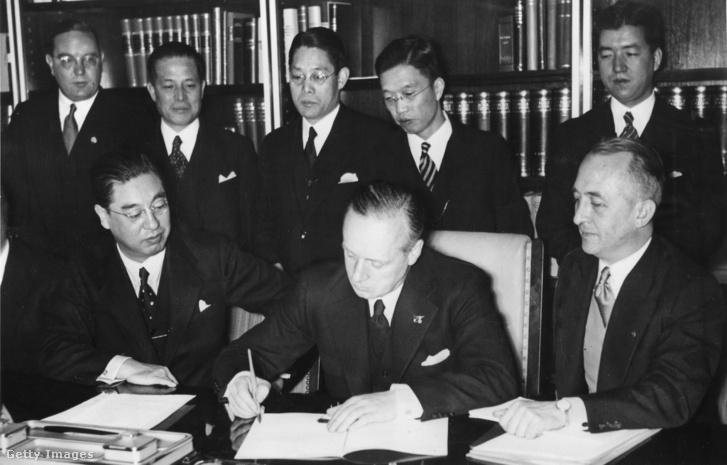 A Antikomintern paktum aláírása Berlinben. Balra: Kintomo Musanokódzsi japán követ, középen: Joachim von Ribbentrop, jobbra Hermann von Raumer, Ribbentrop assziszenes. Hátul balról a második Ósima Hirosi tábornok, Japán berlini katonai attaséja,