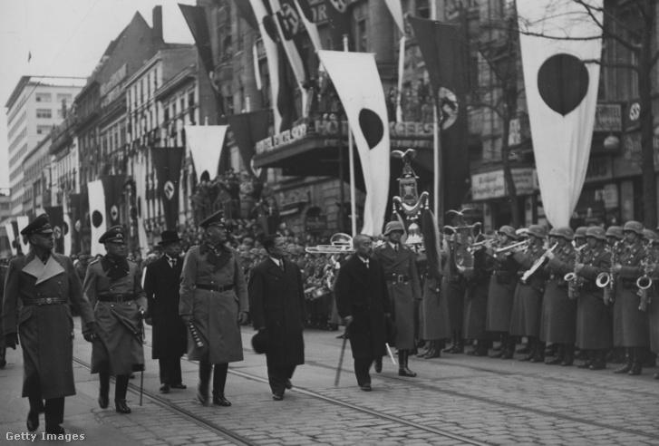 1941. március 26.: japán külügyi küldöttség ünnepélyes fogadása Berlinben, Ribbentrop és Ósima Hirosi katonazenekar előtt lépdel.