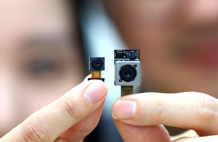 Az LG Innotek 1.8-as fényerejű, 16 megapixeles OIS hátlapi kamerája (jobbra), és 8 megapixeles előlapi kamerája (balra)