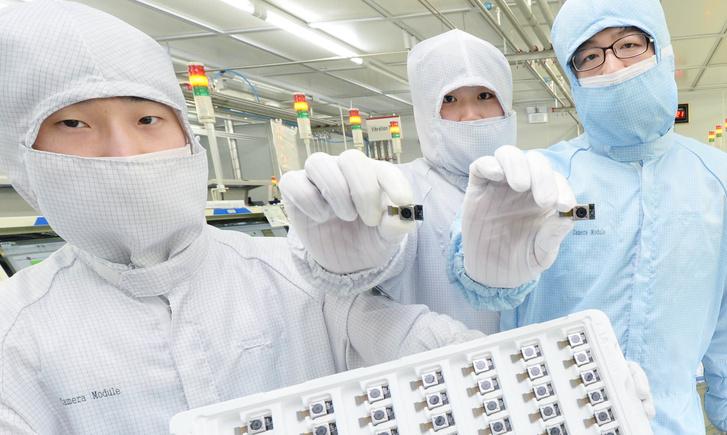 Dolgozók kész kameramodulokkal az Innotek gyárában