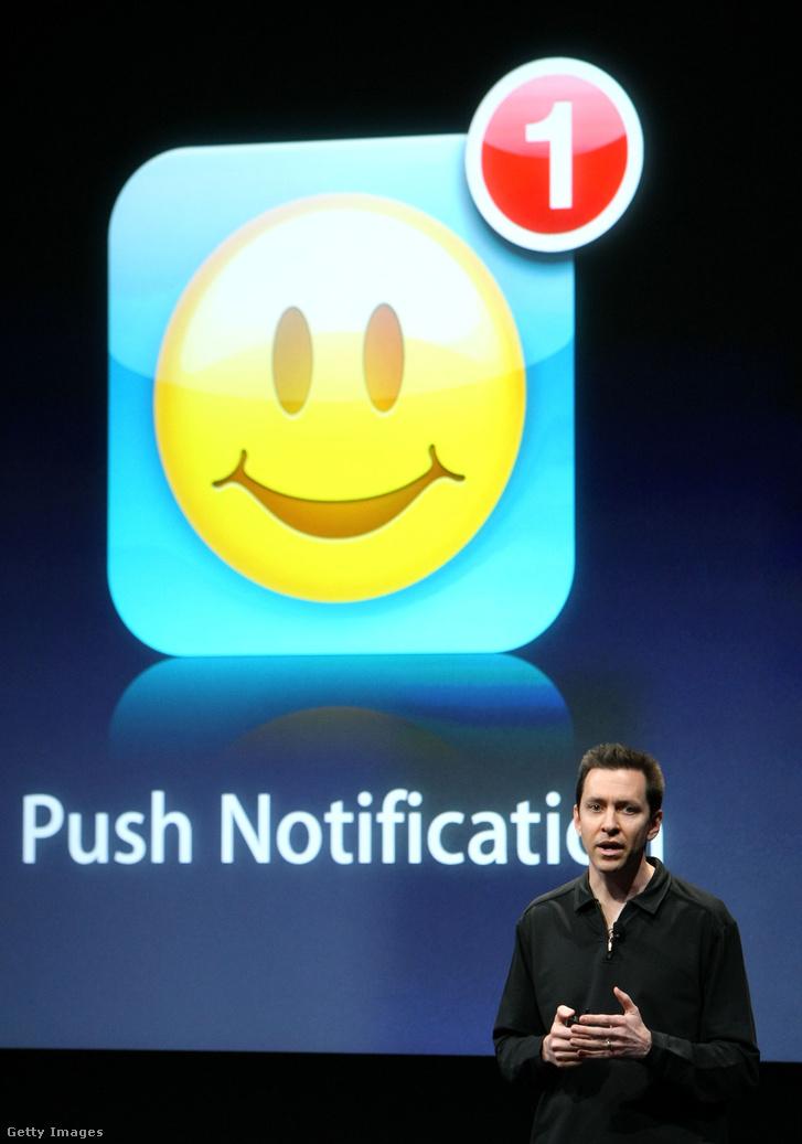 2009. március 17: Scott Forstall, az iPhone Software elnökhelyettese az új push notification bemutatásakor, az Apple cupertinoi központjában. Ekkor jelent meg az iPhone OS 3.0 az iPhone 3G telefonra.