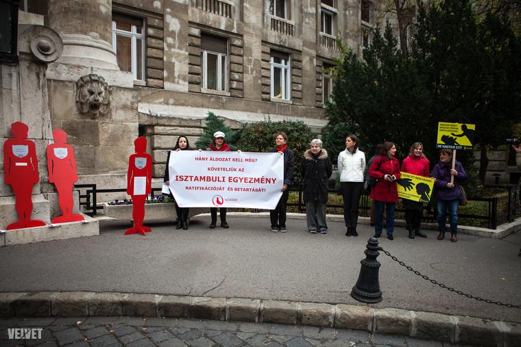 A bíróság épülete előtt női szervezetek tartottak csendes tiltakozó akciót a nők bántalmazása ellen.