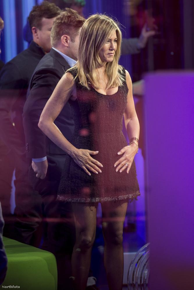 Szegény Jennifer Aniston pedig azzal került be a hírekbe, hogy merészelte megfogni a hasát.
