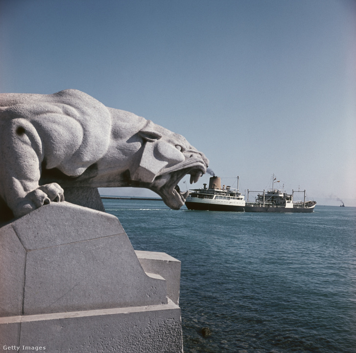 Az ismereten katona emlékműve a csatorna partján. A kép nem sokkal a csatorna lezárása előtt készült, a háttérben még megy a hajóforgalom.