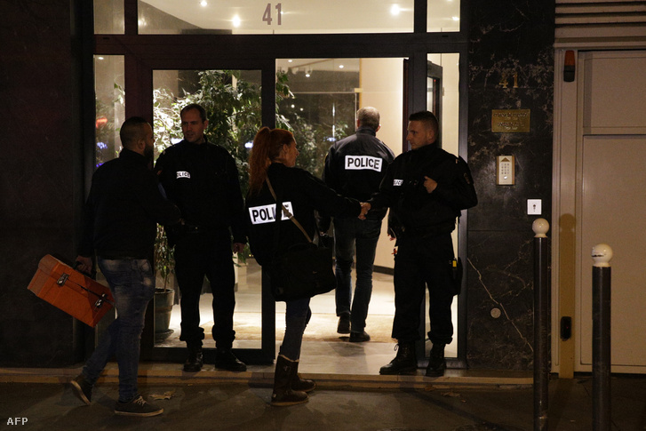 Rendőrök érkeznek David Hamilton párizsi lakásához 2016. november 25-én, miután a fotóst holtan találták otthonában.