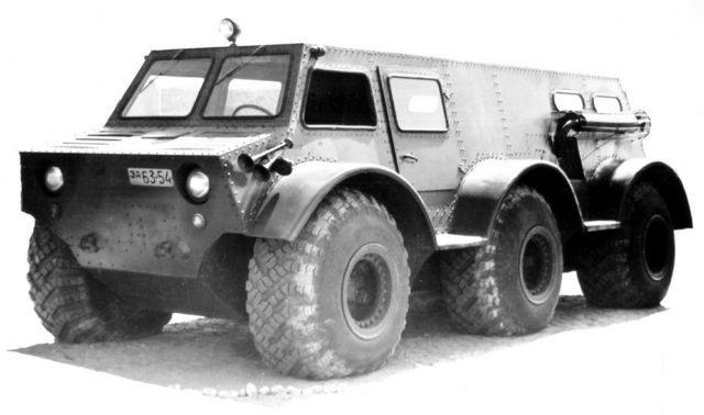 ZIL-136: guminyomás-szabályzó rendszer, szervókormány, 14 méteres fordulókör. Nem volt könnyen kezelhető, ami nem is csoda, hiszen lényegében nem volt alatta futómű