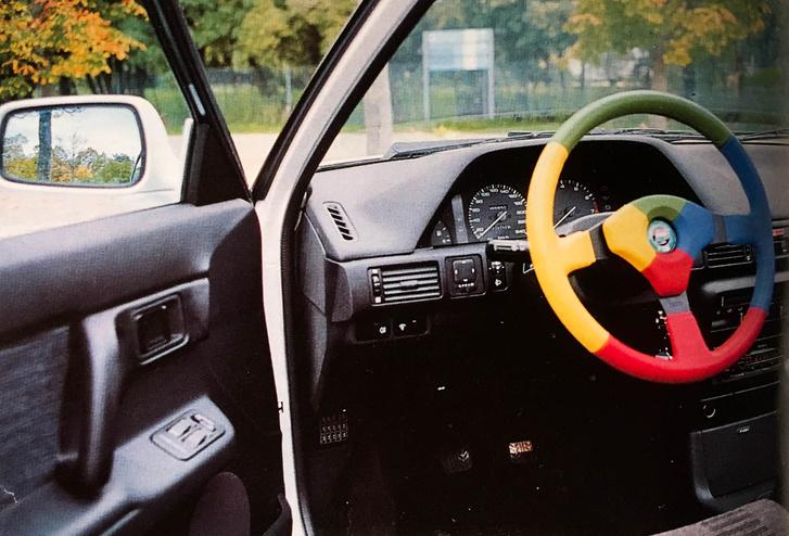 Korabeli tesztből származó fotó, igazán korhú színes Benetton  Momo-sportkormánnyal