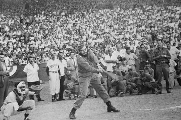 Hatalmas tömeg leste Havannában az akkor már hónapok óta nem látott Fidel Castrót, amint pályára lépett egy mérkőzés előtt néhány ütés erejéig, ezzel véget vetve a szóbeszédnek, hogy Moszkvában kért menedéket.