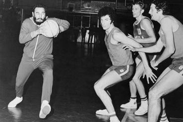 Fidel Castro kosárlabdázik lengyelországi látogatása alatt.