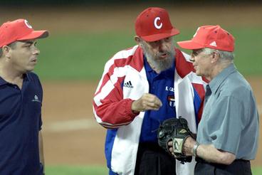 Fidel Castro és az Egyesült Államok volt elnöke, Jimmy Carter egy barátságos baseball mérkőzés után, 2002. május 14-én, Havannában. Az első alkalom 1959 óta, hogy hivatalban lévő vagy volt amerikai elnök ellátogatott az országba.(Fénykép: Jorge Rey/Getty Images)