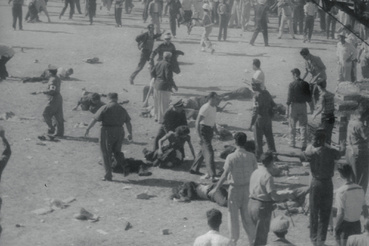 A tragédia helyszíne, Armando Garcia Cifuentes baleset után. A pilóta egy kanyarban elvesztette uralmát autója felett és a közönség közé csapódott a Havannai Nagydíj alatt. Egyes források szerint 8, mások szerint 4 halálos áldozat volt, a sebesültek számáról elérte 40-et.                         (Fénykép: Robert Abbott Sengstacke/Getty Images)