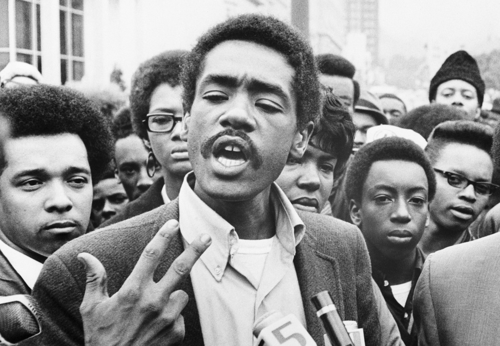 A texasi születésű Bobby Seale volt a Fekete Párducok elnöke. A polgár jogi aktívizmusán kívül azzal szerzett hírnevet magának, hogy 1968-ban része volt a Chicagói Nyolcak csoportnak, akiket a Demokrata Konvención való tüntetéskor tartóztattak le. Sealet azonban az eljárás közben elítélték a bíróság megsértése miatt négy év börtönre, így a csoport is Chicago-i Hetek néven híresült el.