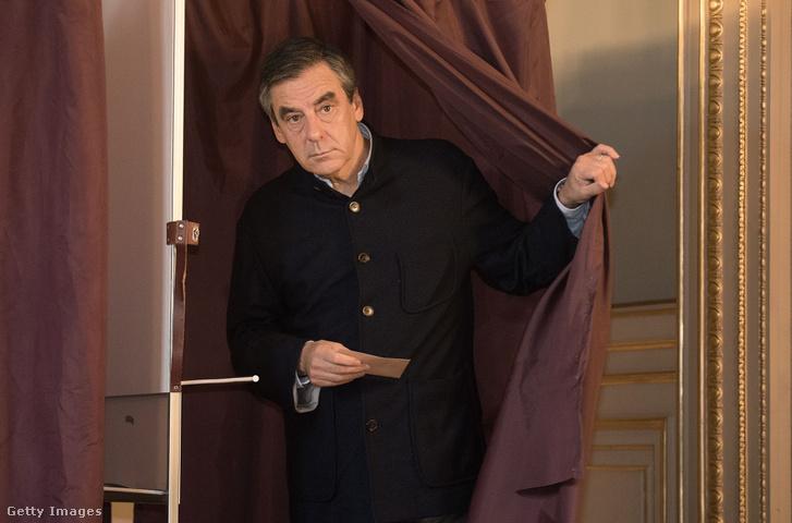 Fillon kilép a szavazófülke magányából