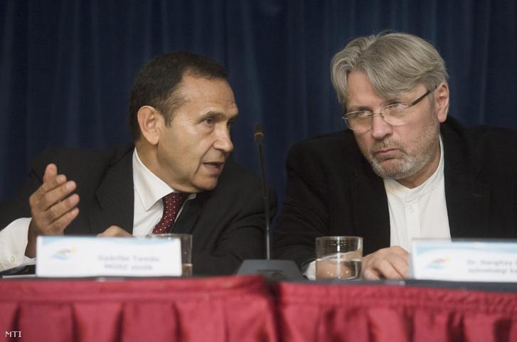 Gyárfás Tamás elnök (b) és Hargitay András szövetségi kapitány a Magyar Úszó Szövetség (MÚSZ) éves rendes közgyűlésén.