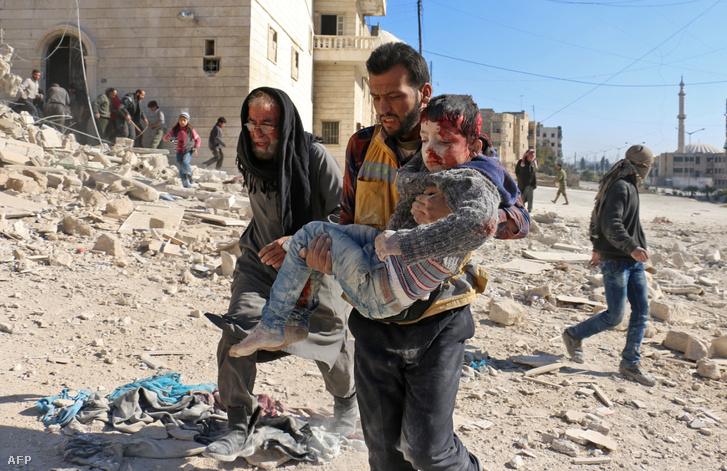 Bombatámadás sérültjei egy észak-aleppói támadás után.