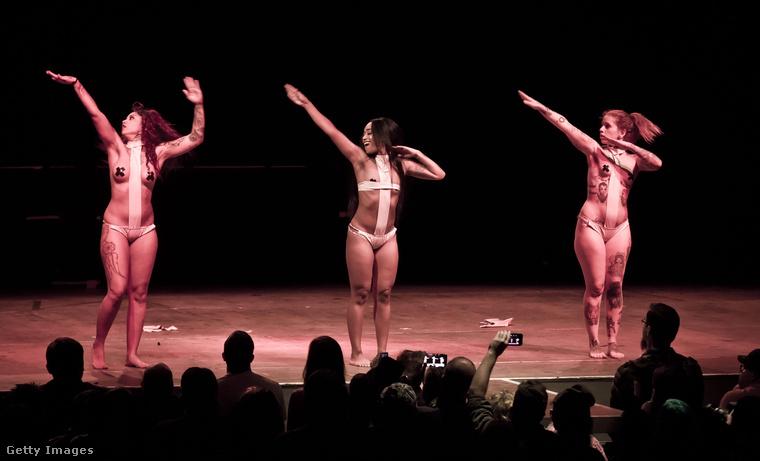 A Blackheart Burlesque csoport felállása egyébként folyamatosan változik, tagok jönnek-mennek-cserélődnek.
