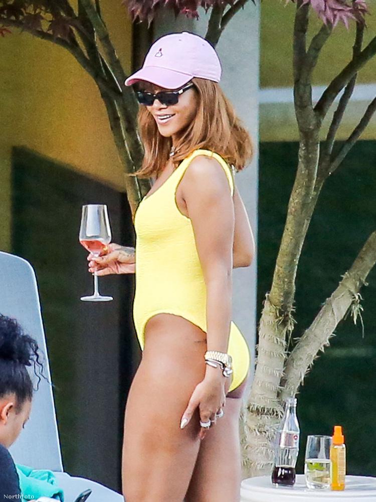 Mosolyog! :OOO                         Rihanna így tolta a nyarat Svájcban: sárga egyberuha, pink baseball sapka, napszemüveg, koktél.