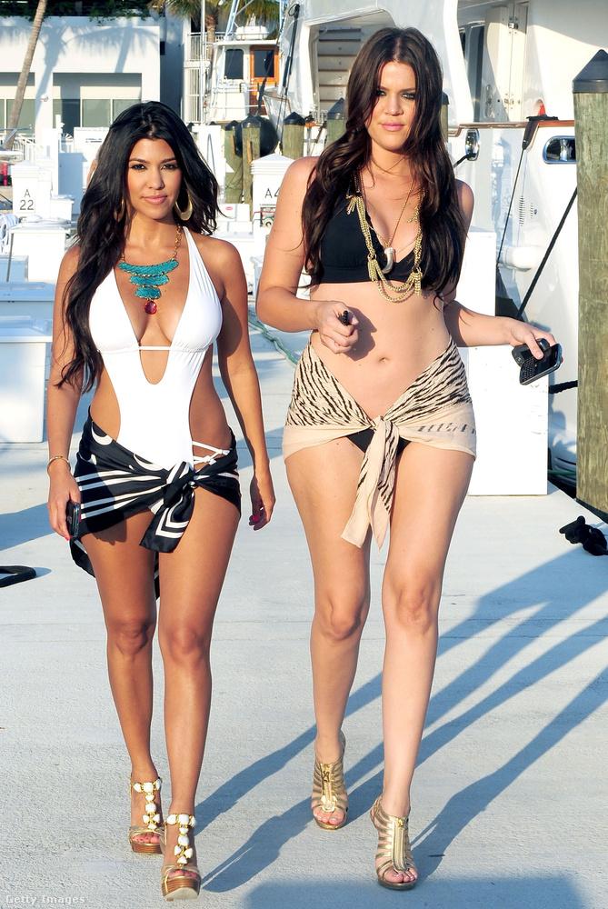 Itt pedig húgával, Khloe Kardashiannal sétálgat.