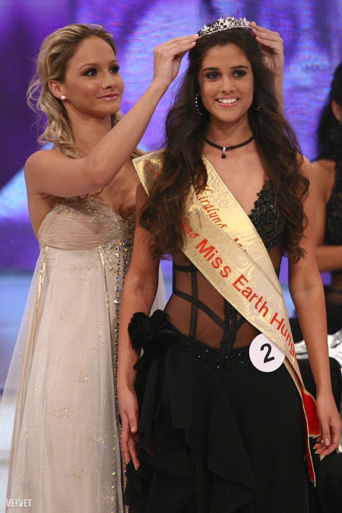 Aki szépségkirálynő volt, van és nagyon úgy néz ki, hogy mindig is lesz.                         Itt épp megkapja a Miss Earth Hungary címet