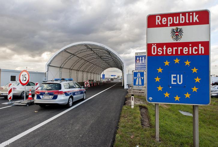 Ötven méter hosszú sátoralagút az osztrák-magyar határon a miklóshalmai (Nickelsdorf) határátlépési pontnál 2016. október 30-án.