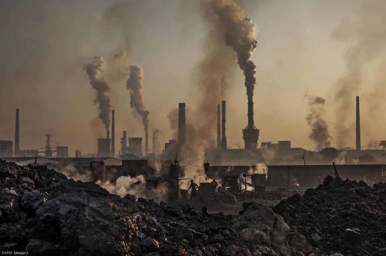 Miközben a háttérben a nagyobb acélművek okádják a füstöt magukból, az előtérben egy munkás egy illegális acélkohóban dolgozik valahol Kína Belső-Mongólia tartományában. Bár az egy főre eső légszennyezésben elmarad a fejlett államoktól, abszolút értéken Kína bocsátja ki a legtöbb káros anyagot a világon.