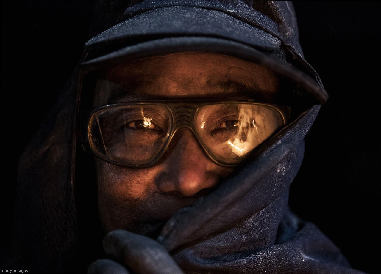 Az állami nagyvállalatoknál dolgozó acélipari munkások havi nagyjából 80 ezer forintnyi fizetést kapnak Kínában, a vidéki illegális kohók melósai ennél vélhetően jóval kevesebbet.