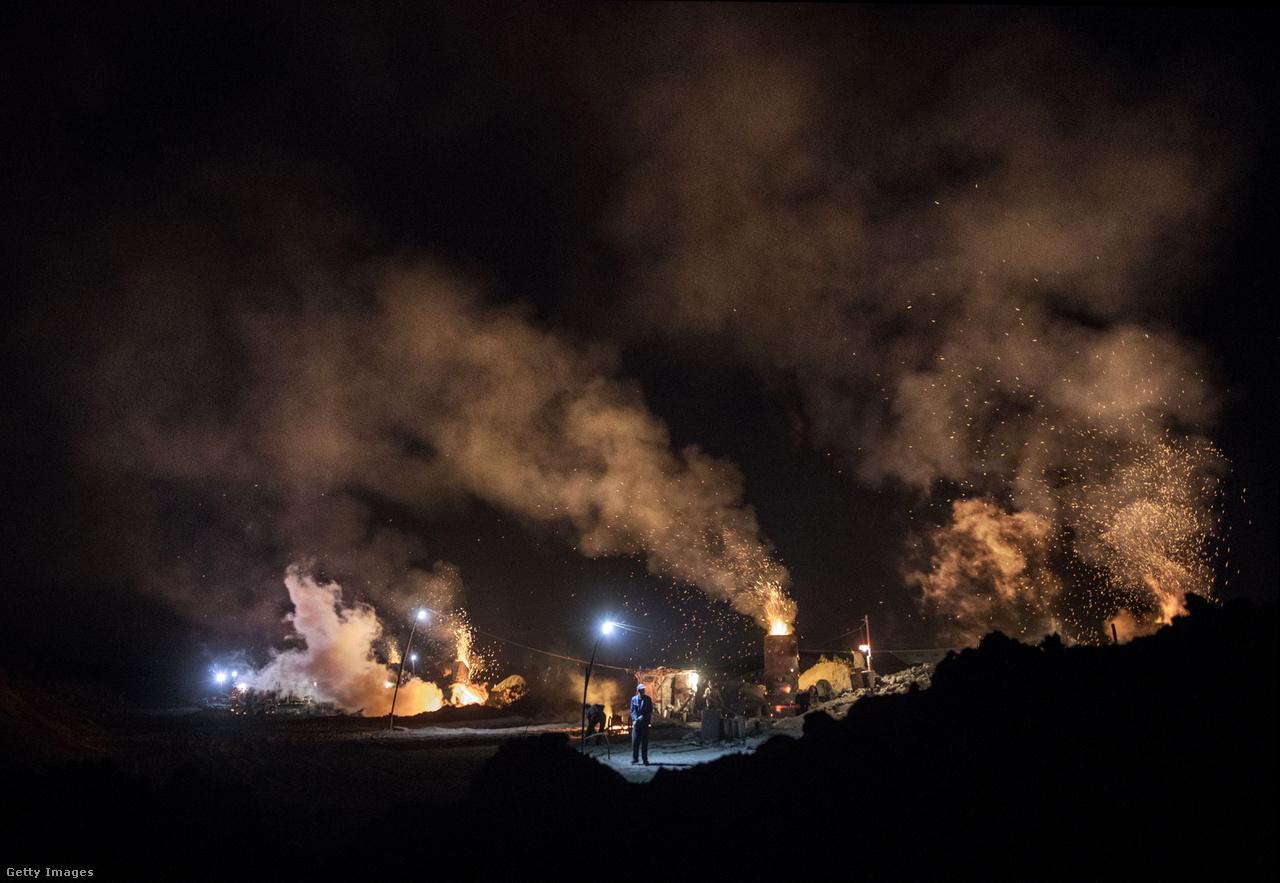 Sőt, Donald Trump amerikai elnökké választása után könnyen előfordulhat, hogy az EU mellett a világ legszennyezőbb országa marad a környezetszennyezés elleni harc retorikai vezére. Trump ugyanis erősen szén- és olajbarát, és korábban többször is azt ígérte, hogy magasról tenni fog a 2015-ös klímamegállapodásra.