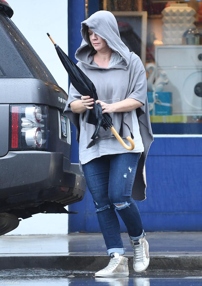 Neeeem, ő csak egy anyuka, aki épp bevásárolt lányával egy esős napon.