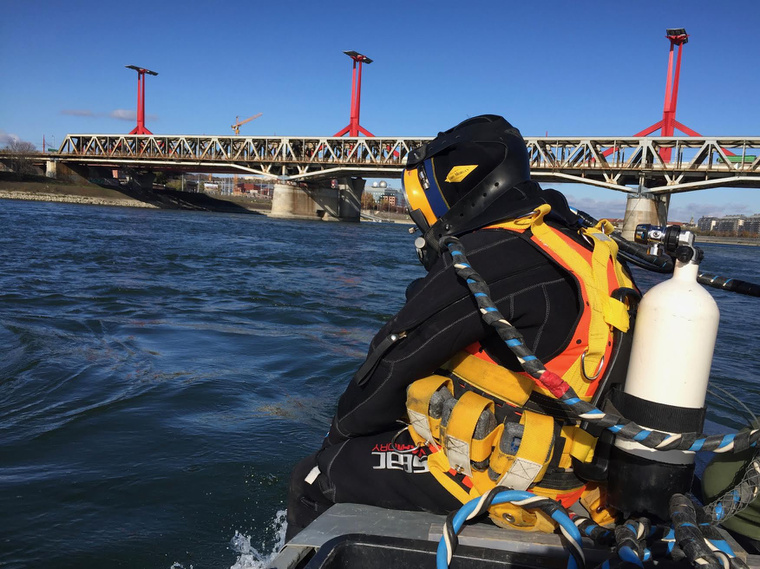 Az ipari búvárok a csatornát ellenőrizték a Rákóczi-híd alatt, de véletlenül egy 500 kilós bombára bukkantak, ami mozgott a víz alatt.