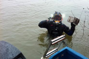 Mivel a víz alatt alig látni, rádión keresztül navigálják őket.