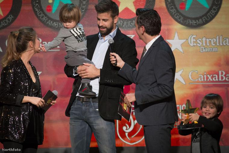 Meg a másik mikrofon :D                         Közben Milan jobban örül a sarokban apja díjának, mint maga Gerard Pique!
