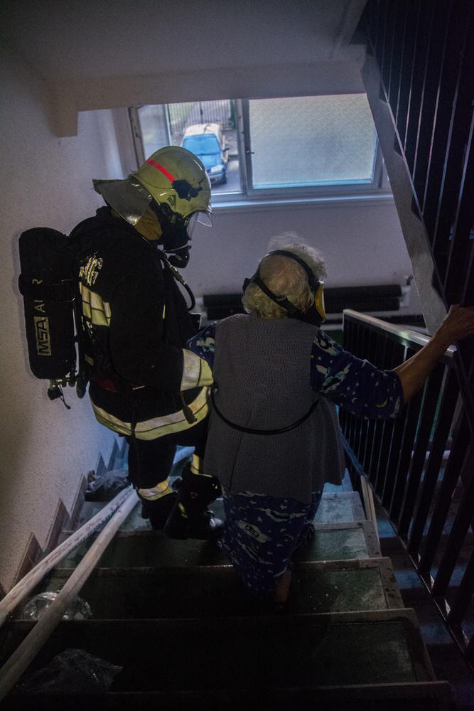 Légző álarcban 15 lakót kísértek ki a szabadba.